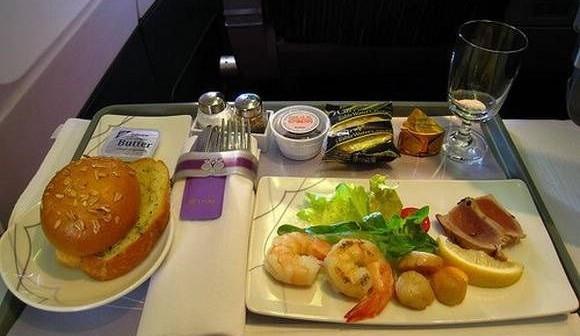 """头等舱、公务舱当然吃得比经济舱好,但具体好在哪里?   第一,我曾服务过的新加坡航空,坐公务舱及以上舱位,就可以获得""""点菜""""服务,也就是说,他们的选择并非既定的""""鸡肉饭或牛肉面"""",而是从色拉到主菜都可以在长长的LIST中做自选动作,选择多达十几种。当然,这样的服务必须在最晚起飞一天前通过网络或人工坐席完成   第二,公务舱的酒水单相当丰富。以我曾服务过的日本航空为例,光是红酒就有波尔多、勃艮第、加利福尼亚等多种产地选择;以日本酒为例,除了经济舱部分航线也提"""